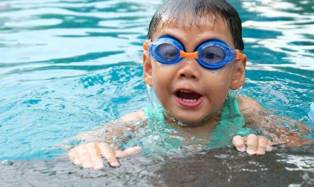 dreng der svømmer