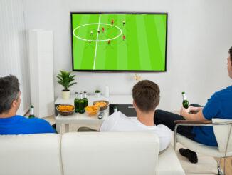 Mænd ser fodbold