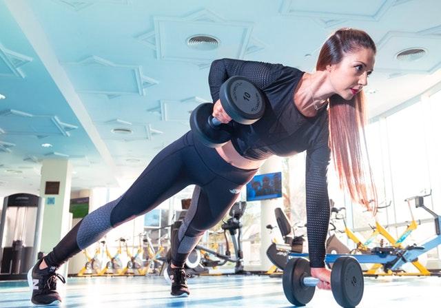 kvinde træner med vægte