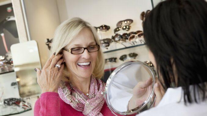 Kvinde besøger optikeren