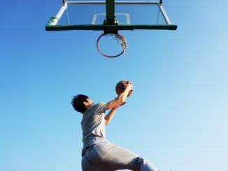 Mand spiller basketball