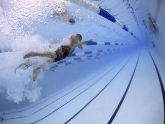 Person svømmer i svømmehallen