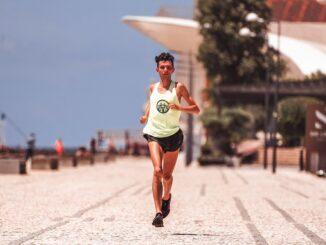 Mand løber udenfor i varmt vejr