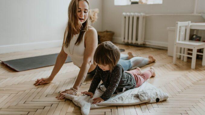 Kvinde og barn træner i hjemmet