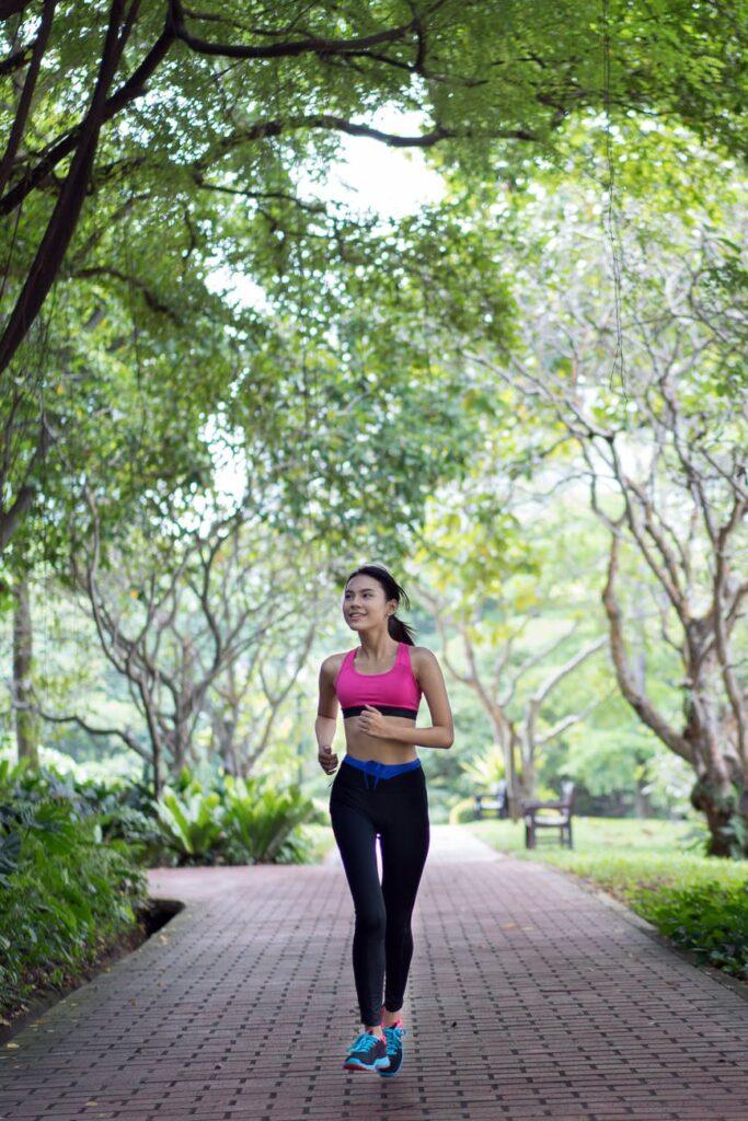 Kvinde der dyrker motion