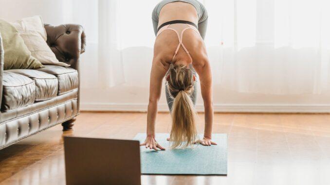 Kvinde dyrker Yoga hjemmefra